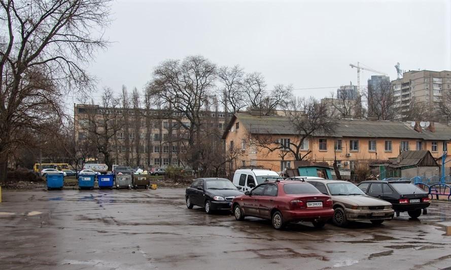 An dieser Stelle standen von der sowjetischenen Armee aufgegebene Munitionsbaracken, in denen 25.000 jüdische Menschen bei lebendigem Leib verbrannt wurden. Das Zentrum für die Liberale Moderne möchte diese Stelle, wo sich aktuell ein Parkplatz befindet, zu einem Gedenkort umwandeln.