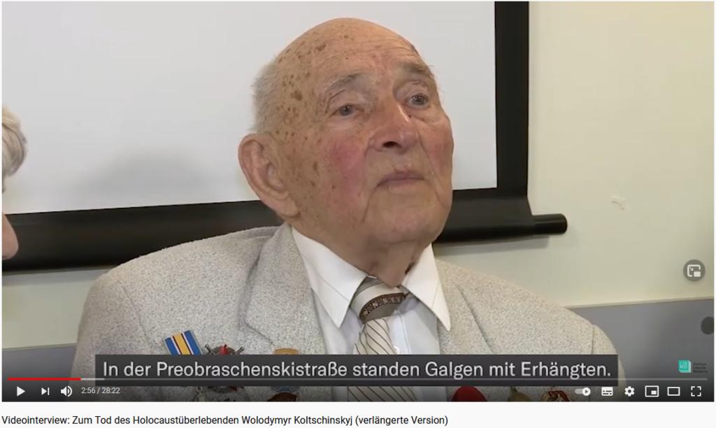 Wolodymyr Koltschinskyj sollte im Oktober 1941 in den Munitionsbaracken am Stadtrand Odesas sterben. Auf dem Weg dorthin versteckte er sich in einer abgestellten Straßenbahn und überlebte so als einer von sehr wenigen das Massaker von Odesa. In diesem Videointerview, das Marieluise Beck im März 2020 mit dem damals 94-Jährigen geführt hat, schildert er seine Erinnerungen an den Tag, an dem er seine Mutter, Geschwister, Verwandte und Freunde verloren hatte.